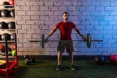 Palestra di esercizio di allenamento dell'uomo di sollevamento pesi del bilanciere Immagine Stock Libera da Diritti