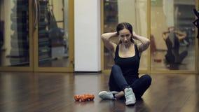 In palestra dopo l'esercizio con le teste di legno la donna corregge i suoi capelli video d archivio