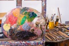 Palet in een atelier Stock Foto