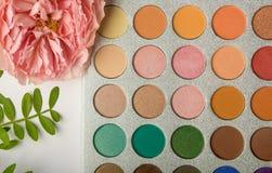 Palet met schaduwen, decoratief schoonheidsmiddel stock afbeelding
