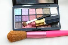 Palet van de oogschaduw met lippenstift en borstel Stock Foto