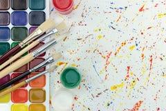 Paleta akwarela maluje, guaszów wiadra o i paintbrushes Zdjęcia Stock