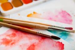 Paleta akwarela maluje, muśnięcia i papier dla wodnego colo Zdjęcia Royalty Free