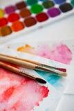 Paleta akwarela maluje, muśnięcia i papier dla wodnego colo Obraz Royalty Free
