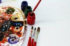 Paleta blanca del ` s del artista con el cepillo Foto de archivo libre de regalías