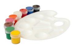 Paleta branca plástica com as latas da pintura Imagens de Stock Royalty Free