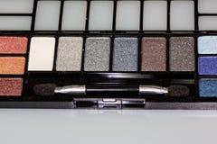 Paleta coloreada multi de la sombra de ojos en el contador que espera para ser utilizado fotos de archivo libres de regalías