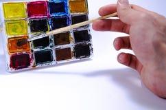 Paleta com aquarelas e escovas para pinturas em um fundo branco foto de stock royalty free