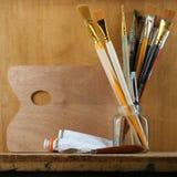 Paleta com escovas Imagens de Stock