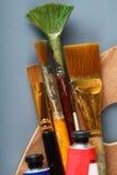 Paleta com escovas velhas Imagens de Stock