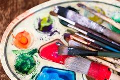 A paleta com pinturas coloridas Imagens de Stock Royalty Free