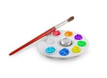 Paleta com uma escova e pinturas Fotografia de Stock Royalty Free