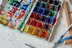 Paleta con la pintura de la acuarela No nuevos, artísticos diseños Espacio creativo del artista Imagen de archivo libre de regalías