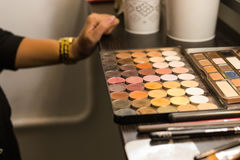 Paleta cosmética con las sombras que mienten en la tabla Maquillaje cosmético, belleza del ` s de las mujeres Fotos de archivo libres de regalías