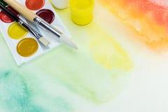 Paleta da aquarela com os pincéis em vagabundos pintados à mão coloridos Foto de Stock Royalty Free