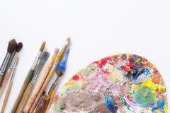 Paleta da arte com cursos coloridos da pintura, Fotografia de Stock