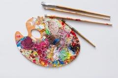 Paleta da arte com os cursos coloridos da pintura, isolados Fotos de Stock