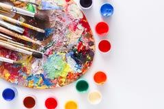Paleta da arte com os cursos coloridos da pintura, isolados Imagens de Stock Royalty Free