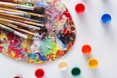 Paleta da arte com os cursos coloridos da pintura, isolados Fotografia de Stock Royalty Free