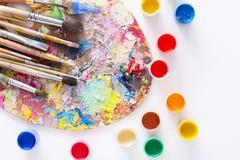 Paleta da arte com os cursos coloridos da pintura, isolados Foto de Stock