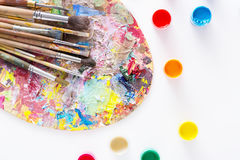 Paleta da arte com os cursos coloridos da pintura, isolados Foto de Stock Royalty Free