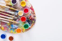 Paleta da arte com os cursos coloridos da pintura, isolados Imagem de Stock Royalty Free