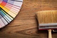 Paleta de color y un cepillo Foto de archivo libre de regalías