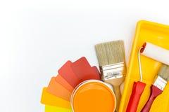 Paleta de colores con las herramientas y los accesorios de la pintura fotos de archivo libres de regalías