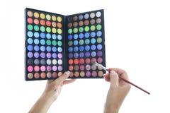 Paleta de colores con los cepillos para el maquillaje en estudio Imágenes de archivo libres de regalías