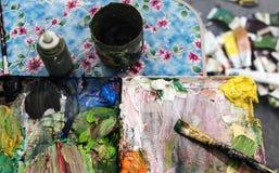Paleta de colores sucia con los cepillos Foto de archivo