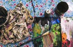 Paleta de colores sucia con los cepillos Fotos de archivo libres de regalías