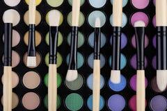 Paleta de colores y cepillos macros Foto de archivo