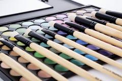 Paleta de colores y cepillos macros Fotos de archivo