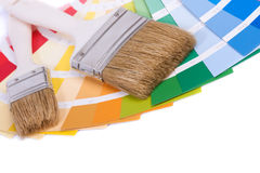 Paleta de colores y un cepillo Fotografía de archivo libre de regalías