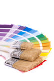 Paleta de colores y un cepillo Foto de archivo libre de regalías