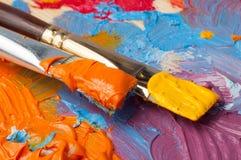 Paleta de cores com pinturas multi-coloridas fotos de stock