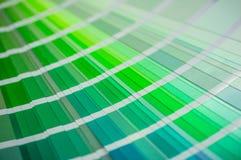 Paleta de cores com várias amostras Pinte o catálogo da seleção, close-up, conceito colorido da produção da indústria do palist P imagens de stock royalty free