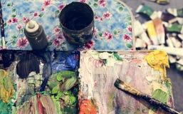 Paleta de cores desarrumado com escovas fotografia de stock