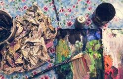 Paleta de cores desarrumado com escovas foto de stock royalty free