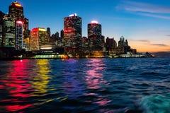 Paleta de cores refletida na água em Hong Kong Nomes da construção removidos Água borrada devendo apressar-se da balsa fotos de stock royalty free