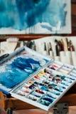 Paleta de la acuarela de la mezcla de la creación de la clase de arte de la pintura imágenes de archivo libres de regalías