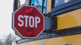 Paleta de la parada de autobús escolar que es extendida almacen de video