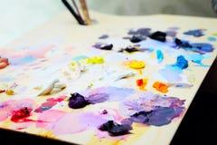 Paleta de la pintura del arte con los cepillos y las pinturas Fotografía de archivo libre de regalías