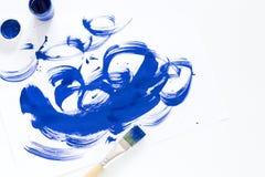 Paleta de las pinturas, de los cepillos y del papel de la acuarela para un color de agua en el fondo blanco, cierre para arriba Foto de archivo libre de regalías