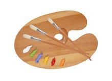Paleta de madeira da arte com gotas da pintura e das escovas Imagem de Stock