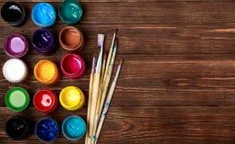 Paleta de madeira da arte com tubos de pinturas de óleo e de uma escova Ferramentas da arte e do ofício Escova do ` s do artista, imagem de stock
