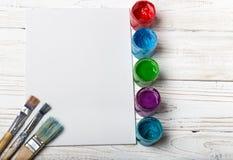 Paleta de madeira da arte com tubos de pinturas de óleo e de uma escova Ferramentas da arte e do ofício Escova do ` s do artista, fotografia de stock