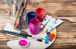 Paleta de madeira da arte com tubos de pinturas de óleo e de uma escova Ferramentas da arte e do ofício Escova do ` s do artista, imagens de stock