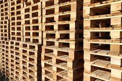 paleta de madera común bajo luz del sol foto de archivo libre de regalías