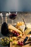 Paleta de muitos tipos de queijo e alguns uvas, azeitonas e vinho Fotos de Stock